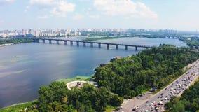 Luftfliege über Paton-Brücke in Kiew Gesamtplan stock video footage