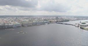 Luftfliege über St- Petersburgneva mit Ansicht von dvortsovaya naberezhnaya am Sommertag Lizenzfreies Stockbild