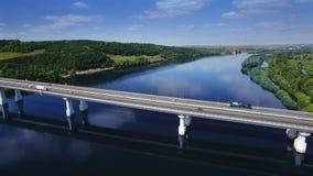 LUFTfliege über Verkehrsbrückenlandstraßen-Fahrbahnfahrweg und blauer Fluss mit Bäumen Wald, Europa, Russland, Tatarstan stock footage