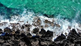 Luftfliege oben über den Meereswellen, die auf felsigem Strand, Kreta zusammenstoßen stock footage