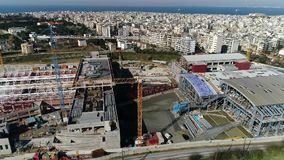 Luftfliegen über den Bauarbeiten der Untergrundbahn, wo errichtet in Saloniki hergestellt wird stock footage