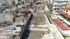 Luftfliegen über den Bauarbeiten der Untergrundbahn, wo errichtet in Saloniki hergestellt wird stock video