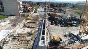 Luftfliegen über den Bauarbeiten der Untergrundbahn, wo errichtet in Saloniki hergestellt wird stock video footage