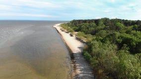 Luftfliegen über schönem weißem Paradiessandstrand in Lettland und im Ostsee-Golf stock footage