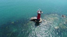 Luftfliegen um alten Leuchtturm stock video footage
