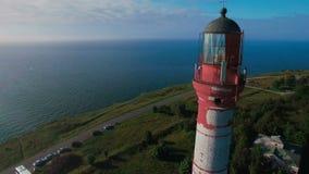 Luftfliegen um einen alten Arbeitsleuchtturm mit einem schönen Meerblick stock video footage