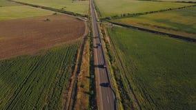 Luftflug über der Straße zwischen Feldern Luftbrummengesamtlänge 4k stock video footage