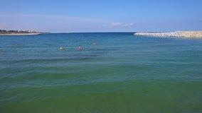 Luftflug über turists beim Schwarzen Meer stock video