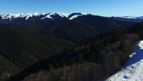 Luftflug über Wald und Hügeln mit dem Gebirgszug, steigend auf stock video