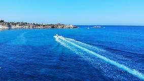Luftflug nach Wasserskimann und -motorboot stock video