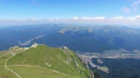 Luftflug in Richtung zu den Helden kreuzen auf Caraiman-Spitze, Rumänien stock footage