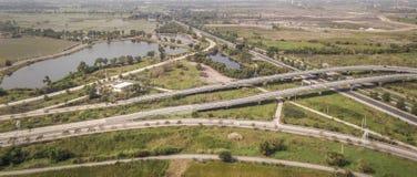 Luftfoto der Landschaftsfelder und -teiche mit Landstraße lizenzfreies stockfoto