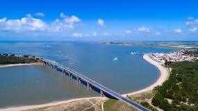 Luftfoto der Noirmoutier-Inselbrücke im Vendee lizenzfreies stockbild