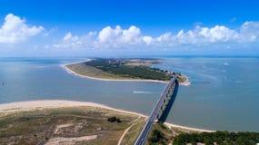 Luftfoto der Noirmoutier-Inselbrücke im Vendee stockfotos