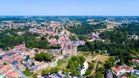 Luftfoto des Clisson-Stadtzentrums und des Schlosses lizenzfreie stockfotos
