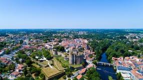 Luftfoto des Clisson-Stadtzentrums und des Schlosses stockfotos