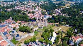 Luftfoto des Clisson-Stadtzentrums und des Schlosses lizenzfreies stockfoto