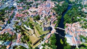 Luftfoto des Clisson-Stadtzentrums und des Schlosses stockfotografie