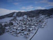 Luftfoto des Dorfs im Winter Stockfoto