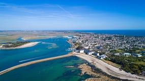 Luftfoto des Stadtzentrums und des Hafens Le Croisic stockfotos