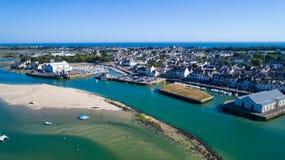 Luftfoto des Stadtzentrums und des Hafens Le Croisic stockbilder