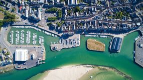 Luftfoto des Stadtzentrums und des Hafens Le Croisic stockfoto