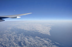 Luftfoto des waterscape und des cloudscape, die vollständig zum Horizont ausdehnen Lizenzfreies Stockfoto