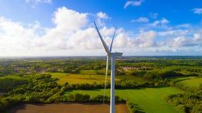 Luftfoto einer Windkraftanlage auf einem Gebiet lizenzfreies stockbild