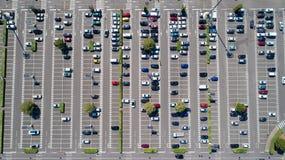 Luftfoto eines Einkaufszentrumparkens stockfoto