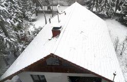 Luftfoto, kleines Familienhaus in den ersten Schneefällen, Schnee bedeckte Dach, Haus im Wald Lizenzfreie Stockfotografie