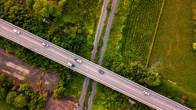 Luftfoto-Landschafts-Auto, das auf Straßen-Brücke über Eisenbahn läuft lizenzfreies stockfoto