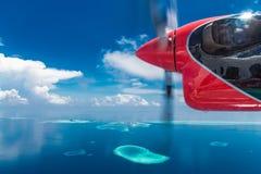 Luftfoto tropischen Strandes schönes Paradies Malediven auf Insel Sommer- und Reiseferienkonzept lizenzfreie stockfotos