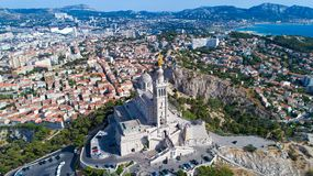 Luftfoto von Basilika Notre Dame de la Garde stockfotos
