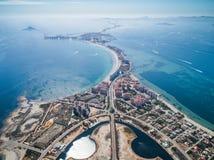 Luftfoto von Gebäuden, von Landhäusern und von Strand auf einem natürlichen Spucken von La Manga zwischen dem Mittelmeer- und dem stockfotografie