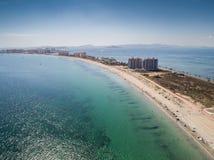 Luftfoto von hohen Gebäuden und der Strand auf einem natürlichen Spucken von La Manga zwischen dem Mittelmeer- und dem Mrz Menor, stockfoto