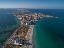 Luftfoto von hohen Gebäuden und der Strand auf einem natürlichen Spucken von La Manga zwischen dem Mittelmeer- und dem Mrz Menor, stockfotos