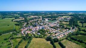 Luftfoto von Rouans-Dorf in der Loire Atlantique stockbilder