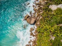 Luftfoto von Seychellen setzen am La Digue auf den Strand stockfotografie