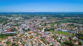 Luftfoto von Stadt Sainte Pazanne, die Loire Atlantique stockfoto