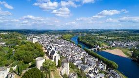 Luftfoto von Stadt und von Schloss Chinon lizenzfreies stockfoto