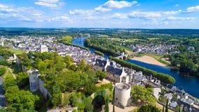 Luftfoto von Stadt und von Schloss Chinon stockfoto