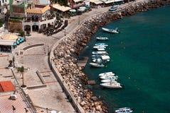 Luftfoto von Stadt und von Hafen Parga nahe Syvota in Griechenland Stockbild