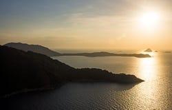 Luftfoto von Tropeninsel bei Sonnenuntergang Stockfotografie