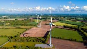Luftfoto von Windkraftanlagen auf einem Gebiet lizenzfreies stockbild