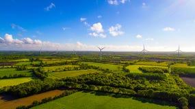 Luftfoto von Windkraftanlagen auf einem Gebiet stockbilder