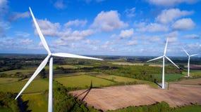 Luftfoto von Windkraftanlagen auf einem Gebiet stockbild