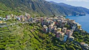 Luftfotoschießen mit Brummen auf Corniglia eins des berühmten Cinqueterre Stockbild