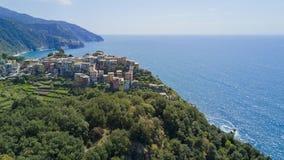 Luftfotoschießen mit Brummen auf Corniglia eins des berühmten Cinqueterre Lizenzfreie Stockbilder