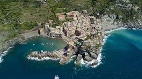 Luftfotoschießen mit Brummen auf Vernazza eins des berühmten Cinqueterre Stockbild