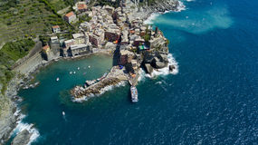 Luftfotoschießen mit Brummen auf Vernazza eins des berühmten Cinqueterre Lizenzfreies Stockbild